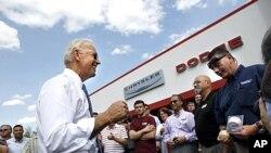拜登副总统周三在新罕布什尔州与一家汽车经销商的职工交谈