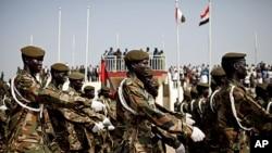 Sojojin Sudan People's Liberation Army suna maci yayin shirin bukin ayyana 'yancin kan Jamhuriyar Sudan ta Kudu.