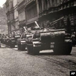 布拉格街头的苏军坦克