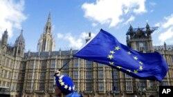"""Para pendukung """"anti-Brexit"""" berunjuk rasa di depan gedung Parlemen Inggris di London, 25 Maret 2019. (Foto: dok)."""