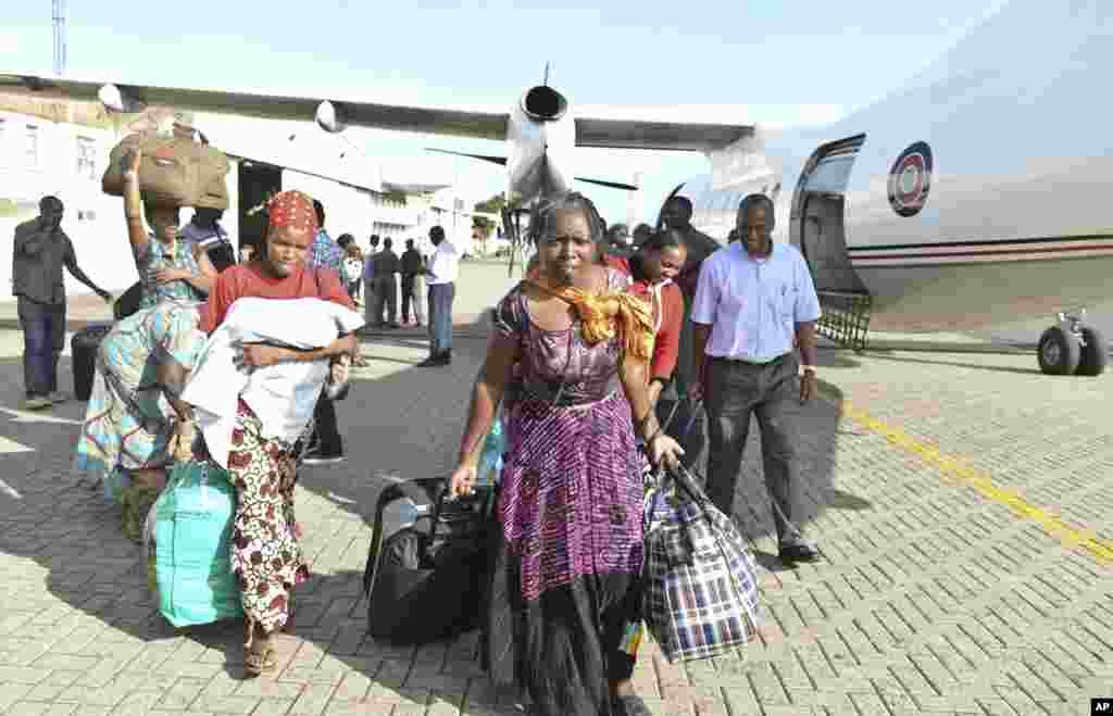 Wakenya wanawasili nyumbani baada ya kusafirishwa kutoka Juba Sudan Kusini na ndege ya jeshi la anga la Kenya kwenye uwanja wa ndege wa Wilson Airport Nairobi, Kenya Sunday, Dec. 22, 2013.