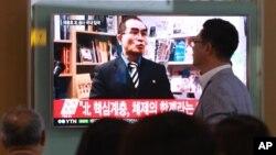 18일 서울역에 설치된 TV에 최근 한국으로 망명한 태영호 영국주재 북한공사에 관한 보도가 나오고 있다.