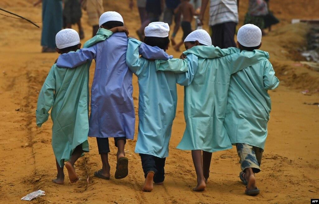 미얀마 북부 폭력사태를 피해 탈출한 후 방글라데시 모이네우가 난민촌에 머물고 있는 로힝야족 어린이들이 나란히 걷고 있다.