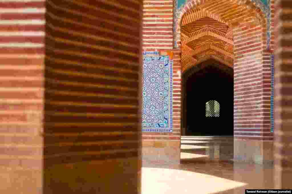مسجد کو اس فن سے تعمیر کیا گیا ہے کہ خطیب کی آواز بغیر کسی صوتی آلے کے ہر کونے میں سُنائی دیتی ہے