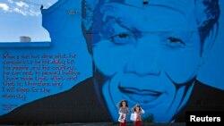 Une peinture représentant l'ancien président sud-africain Nelson Mandela, le 7 décembre 2013.