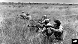 Les soldats de la MPLA s'entraînent dans un champ en 1976, en Angola.