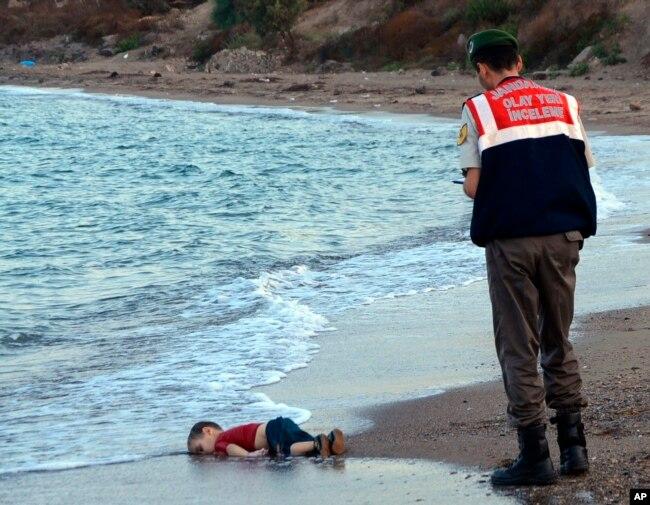 Ảnh thi thể bé trai 3 tuổi Aylan Kurdi trôi dạt vào bờ biển gần Bodrum, Thổ Nhĩ Kỳ.