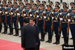 2013年9月22日北京人民大会堂:中国国家主席习近平欢迎委内瑞拉总统马杜罗(左)仪式 - 检阅仪仗队 (资料照片)