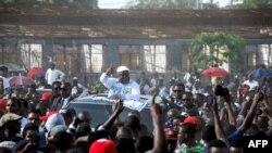 Félix Tshisekedi, président de l'Union pour la démocratie et le progrès social (UDPS) accompagné de ses partisans avance, sur une véhicule, vers le lieu de son meeting à N'Djili, Kinshasa, 24 avril 2018.