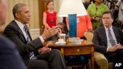 바락 오바마 미국 대통령(왼쪽)이 13일 올랜도 총격 사건 수사에 대한 보고를 받은 뒤 백악관 집무실에서 기자회견을 하고 있다.