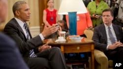 Le président Barack Obama, à gauche, donne une conférence de presse dans le bureau oval de la Maison-Blanche à Washington, le 13 juin 2016 après le briefing sur l'enquête menée pat le directeur du FBI James Comey, à droite.