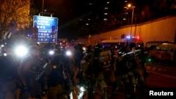 香港防爆警察星期六(11月16日)在香港大学外驱散抗议者。