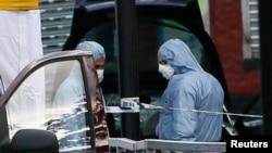 一名英國軍人遇襲死亡﹐有關人員在案發現場進行調查搜搜查證據。