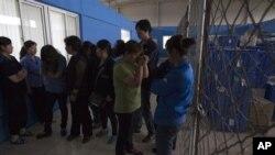 2013年6月25日,工人们聚集美国佛罗里达州专用医疗用品公司设在北京怀柔区桥梓镇分厂内。公司共同业主奇普.斯塔恩斯被工人困在厂内。