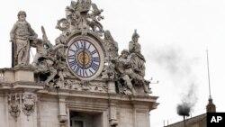 梵蒂冈西斯汀教堂的烟囱冒出黑烟,显示罗马天主教的枢机主教们还没有选出新教宗