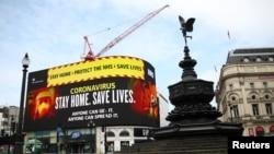 英國政府衛生部門4月8日在倫敦市中心展示的對抗新冠病毒疫情的廣告。