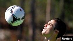 Cristiano Ronaldo contrôle la balle de la poitrine au cours d'une séance d'entrainement à Obidos, Portugal, 29 mai 2012.