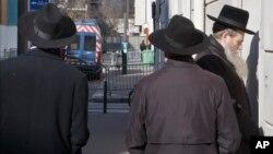 지난 7일 전통파 유대인들이 프랑스 파리 거리를 걷고 있다. (자료사진)