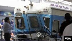 Kereta api naas yang menabrak penghalang di sebuah stasiun di Buenos Aires, Argentina (22/2).