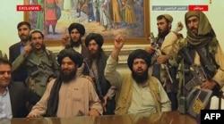 Anggota Taliban mengambil alih istana kepresidenan di Kabul setelah presiden Afghanistan melarikan diri ke luar negeri, 16 Agustus 2021. (Al Jazeera video-grab via AFP)