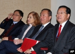 台湾驻美代表处官员与葛来仪观看总统开票选情,左起台湾驻美副代表李澄然,台湾驻美副代表张大同,葛来仪,台湾驻美代表处新闻组组长王亿
