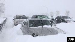 Hàng trăm chiếc xe bị kẹt trên xa lộ ở Chicago hôm thứ Tư 2 tháng 2, 2011