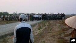 Lực lượng cưỡng chế, cảnh sát cơ động tiến vào cánh đồng Phụng Công, Xuân Quan