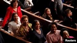 Законодатели-демократы из нового состава Палаты представителей: Энни Кастер, Александриа Окасио-Кортес, Барбара Ли, Джаана Хэйс, Лорен Андервуд и Шейла Джексон Ли