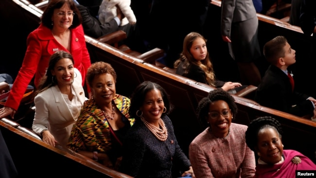 Las representantes Annie Kuster (NH), Alexandria Ocasio-Cortez (NY), Barbara Lee (CA), Jahana Hayes (CT), Laura Underwood (IL) y Sheila Jackson Lee (TX) en la Cámara de Representantes durante la sesión de apertura del Senado número 116