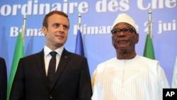 ျပင္သစ္သမၼတ Emmanuel Macron နဲ႔ မာလီသမၼတ Ibrahim Boubacar Keita တို႔ကို G5 Sahel ညီလာခံမွာေတြ႔ရ (July 2, 2017)