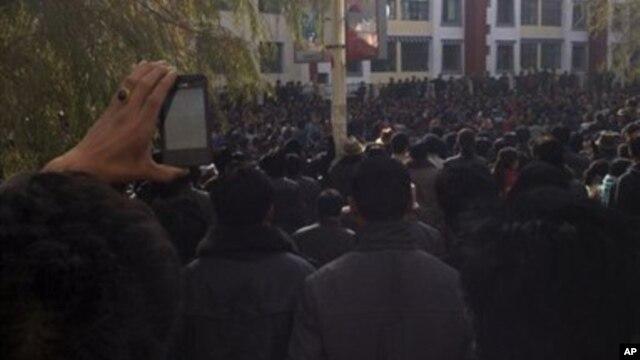 Ratusan warga Tibet melancarkan aksi protes di kota Rongwo, Rebkhong propinsi Qinghai (9/11). Protes warga Tibet yang menghendaki kebebasan dari kekuasaan Tiongkok ini diadakan bersamaan dengan berlangsungnya Kongres Partai Komunis yang menandai pergantian pemimpin Tiongkok, pekan ini.