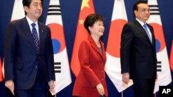 박근혜 한국 대통령과 아베 신조 일본 총리, 리커창중국 총리가 1일 청와대에서 열린 제6차 한·일·중 정상회의에 앞서 기념촬영을 하고 있다.
