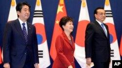 2015年11月1日,南韓總統朴槿惠(中),日本首相安倍晉三(左)與中國總理李克強在南韓國首爾舉行了三方首腦會議的資料照。