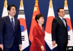 Ông Abe và bà Park đã gặp Thủ tướng Trung Quốc Lý Khắc Cường trong một cuộc họp ba bên lần đầu tiên hôm 1/11 giữa các nhà lãnh đạo từ 3 năm rưỡi nay.