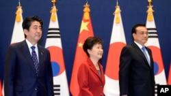 2015年11月1日,韩国总统朴槿惠(中)与日本首相安倍晋三(左)与中国总理李克强在韩国首尔举行了三方首脑会议。