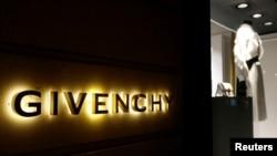 Các đại sứ thương hiệu ở Trung Quốc của các nhãn hàng thời trang từ Coach đến Givenchy đã hủy hợp đồng đại diện.