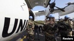 Jenazah para penjaga perdamaian PBB yang terbunuh di utara Pantai Gading dekat perbatasan Liberia tiba di Bandara Internasional Felix Houphouet-Boigny International Airport, dekat Abidjan (9/6). Liberia menutup perbatasannya dengan Pantai Gading terkait p