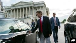 El senador Rand Paul sale del Capitolio el domingo por la tarde, luego de su discurso en el Senado donde bloqueó la Ley Patriota.