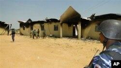 Polisi dan tentara berdiri di depan barak tentara yang diserang Boko Haram di Damaturu, Nigeria, 28 Oktober 2013 yang lalu (Foto: dok). Militer Nigeria dilaporkan menewaskan 29 orang yang diduga anggota militan Boko Haram dalam penggerebekan yang dilakukan sejak Kamis (14/11).