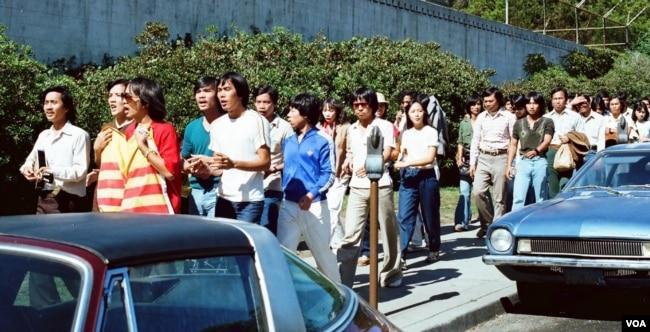 Du ca San Jose tham gia biểu tình tuần hành ở ĐH Berkeley tháng 7/1981. Anh Ngô Thanh Lập cầm đàn đi đầu (Ảnh: Bùi Văn Phú)