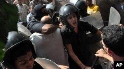 Lực lượng an ninh Ai Cập hộ tống người biểu tình ra khỏi đền thờ al-Fatah, gần Quảng trường Ramses ở Cairo, 17/8/2013