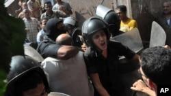 埃及安全部队将一名抗议者带出法塔赫清真寺