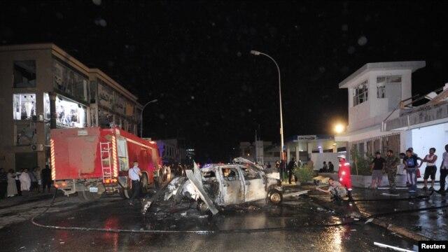 Lính cứu hỏa tại hiện trường sau vụ nổ bom tại đồn cảnh sát tại thành phố Benghazi, ngày 4/11/2012.