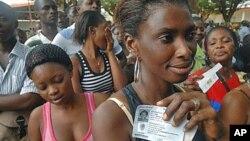 Wapigaji kura wa Abidjan wakisubiri kupokea vitambulisho vya kupiga kura.
