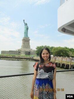 Mirrah in New York at the Statue of Liberty