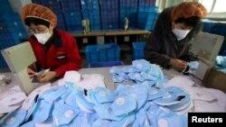中国河北省邯郸市一家口罩厂的工人在工作。(2020年1月22日)