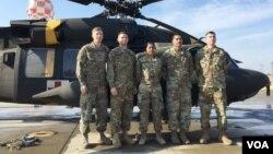 지난달 총상을 당한 채 한국에 망명한 북한군 병사를 블랙호크 헬기로 긴급 후송한 미군 의무대원들. 왼쪽부터 캐롤 무어 상병, 에릭 틸로 준위, 카리나 로페스 이병, 고펄 싱 부사관, 네이단 검 준위.