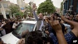 Cựu Thủ tướng Pakistan Nawaz Sharif vẫy chào những người ủng hộ khi rời 1 trạm bỏ phiếu ở Lahore, Pakistan, 11/5/2013