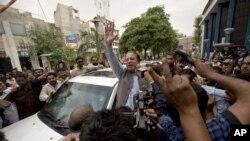 巴基斯坦前总理谢里夫(中)5月11日在拉合尔投票后向支持者挥手