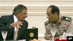 Secretario de defesa americano Leon Panetta e Mohamed Hussein Tantawi líder da junta militar no poder no Egipto durante um almoço